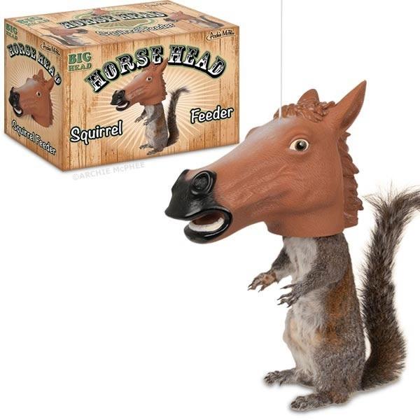 alimentador para ardillas con forma de cabeza de caballo