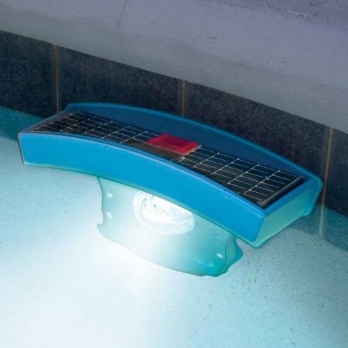 L mpara solar que ilumina tu piscina bajo el agua for Lamparas para piscinas